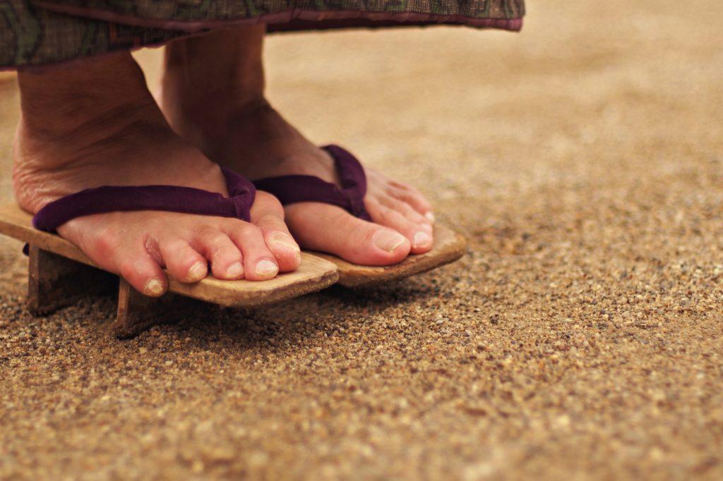 下駄を履いた年配女性の足